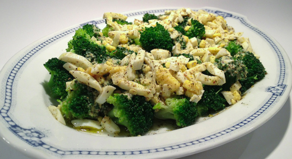 Lauwwarme broccolisalade met eiervinaigrette